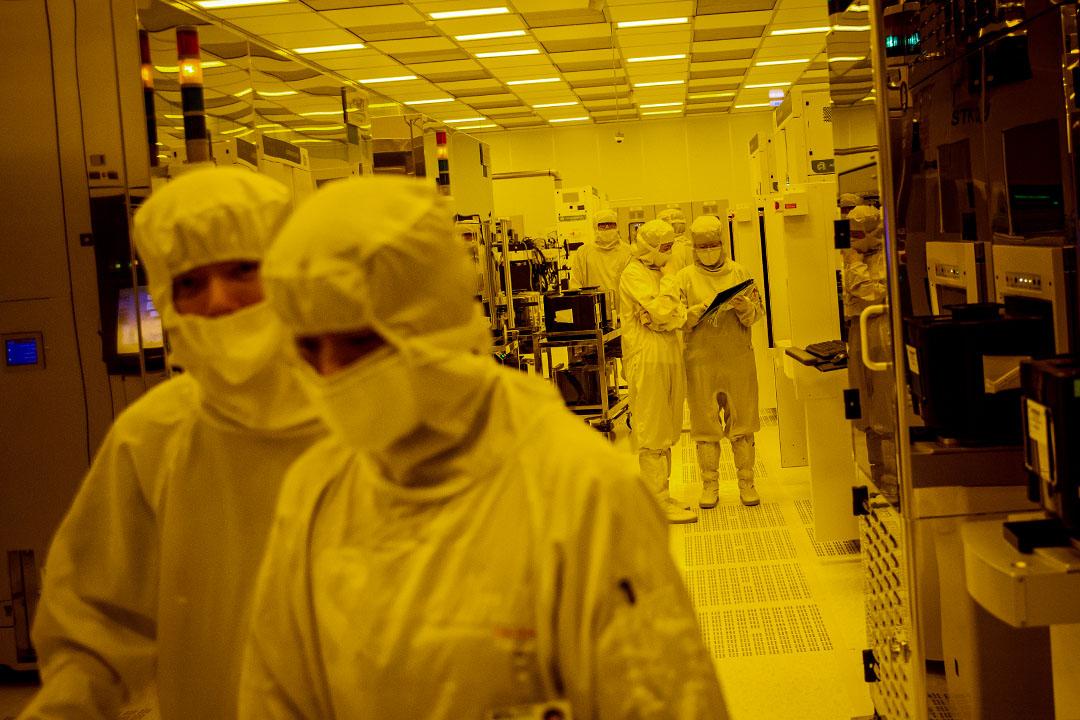 2016年4月26台灣台中,矽品精密工業股份有限公司工廠,員工於黃光照射下製造晶圓。 攝:Billy H.C. Kwok/Bloomberg via Getty Images
