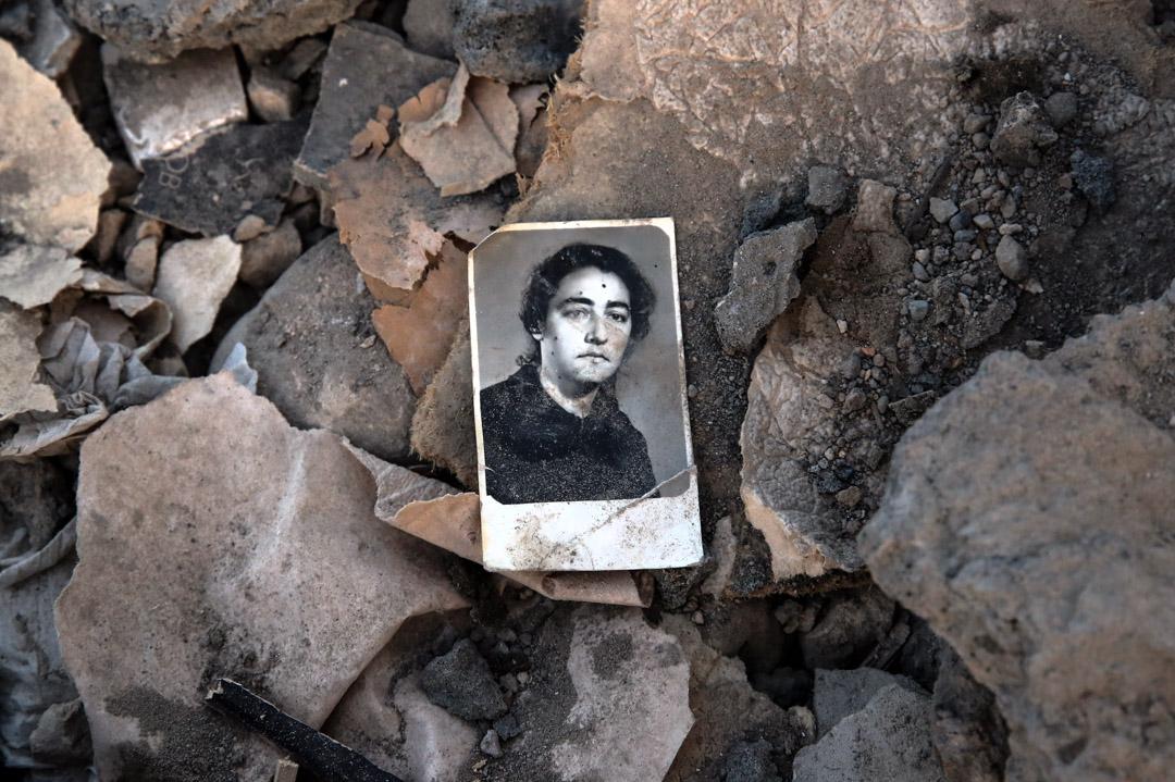 2020年10月17日,亞美尼亞發動一輪砲擊摧毀了阿塞拜疆一個住宅區的房屋,在瓦礫中丟下一張舊照片。