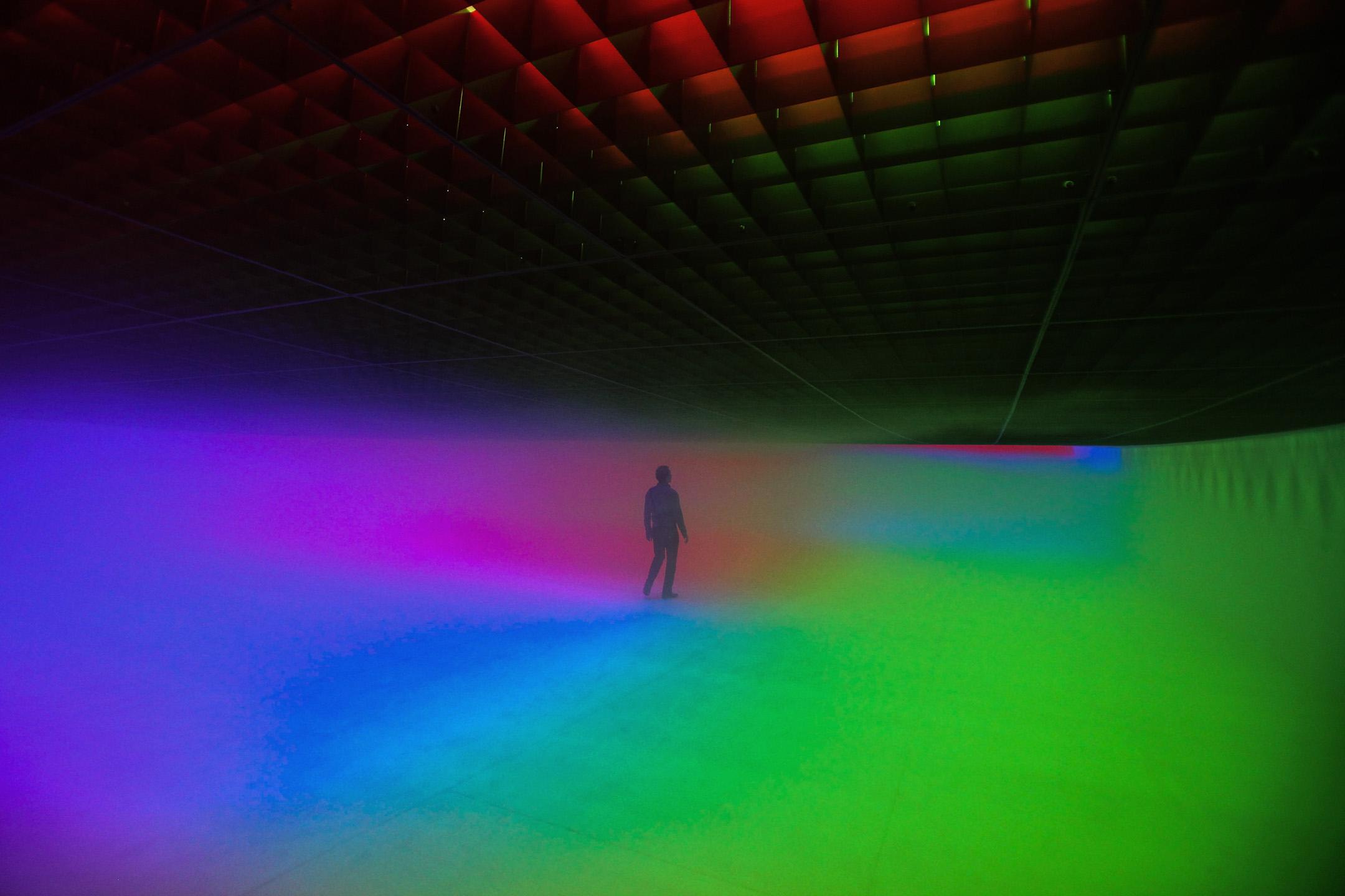 2010年4月9日北京,一個人在參觀一件名為「Feelings are Facts」的裝置藝術作品。 攝:Feng Li/Getty Images