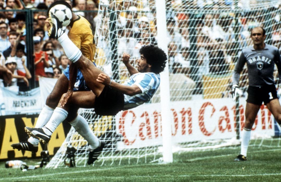 1982年7月2日,西班牙世界盃一場阿根廷對巴西的賽事中,馬勒當拿使出「倒掛金鈎」。阿根廷最後以1比3落敗巴西。