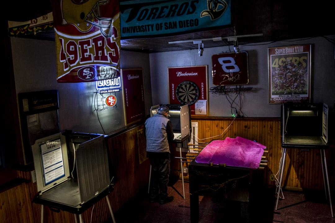 2020年11月3日加利福尼亞舊金山,選民在一間酒吧投票站内投票。