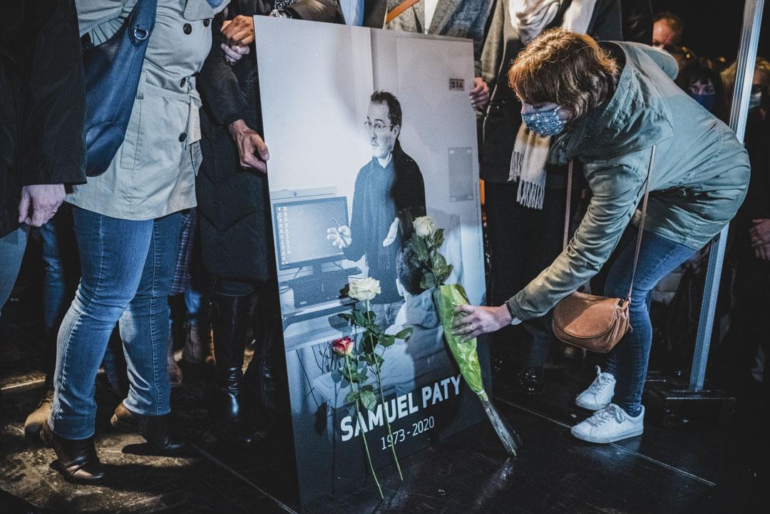 2020年10月20日,大約六千人聚集在巴黎郊區Conflans Saint-Honorine的Bois d'Aulne學院門前,悼念被車臣青年砍頭殺害的Samuel Paty。 攝:Samuel Boivin/NurPhoto via Getty Images