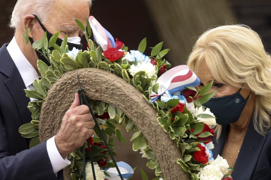 2020年11月11日,拜登伉儷在費城向韓戰紀念碑獻花。 攝:Jonathan Ernst / Reuters