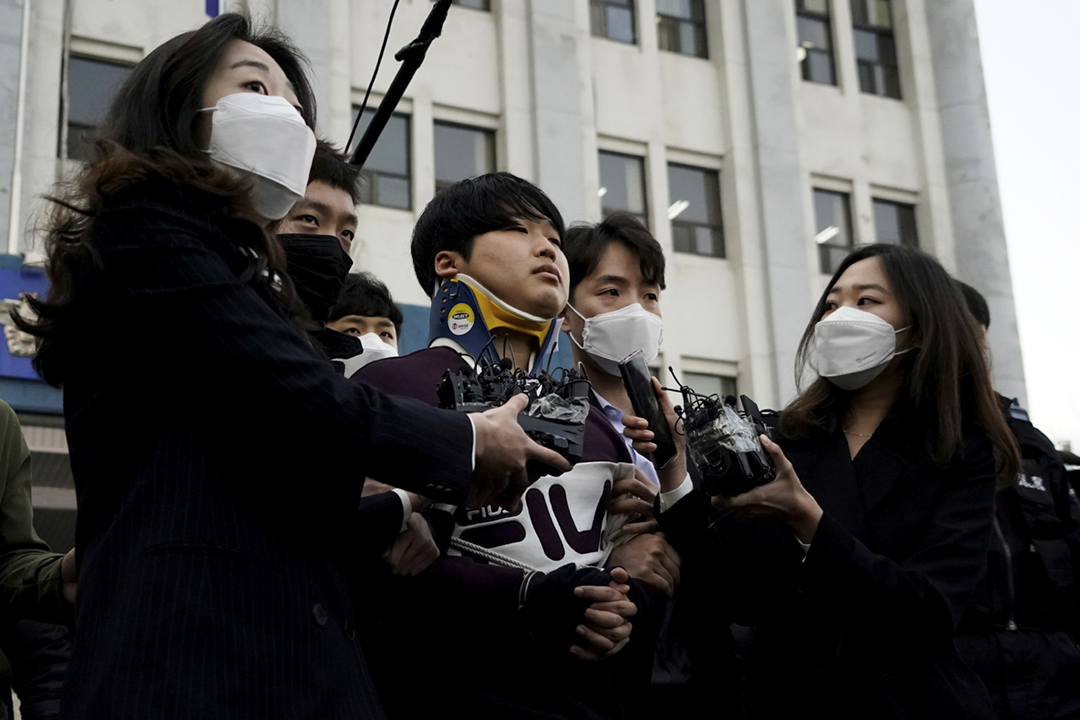 2020年3月24日,南韓當局將「N號房」網絡性犯罪案主謀趙主彬由警局移送至檢察官辦公室。 攝:Kim Hong-Ji / Reuters