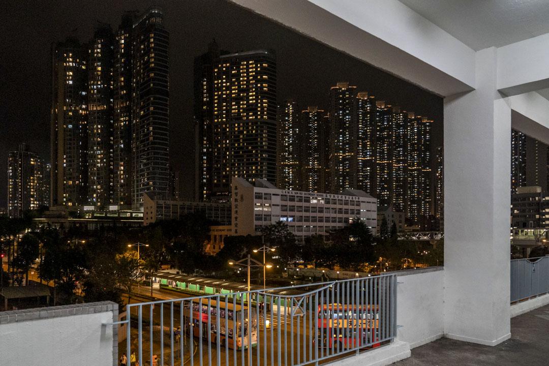 尚德停車場2樓露台。2019年11月3日深夜,周梓樂疑在此處拍攝尚德十字路口的警方防線的照片,並發給朋友。