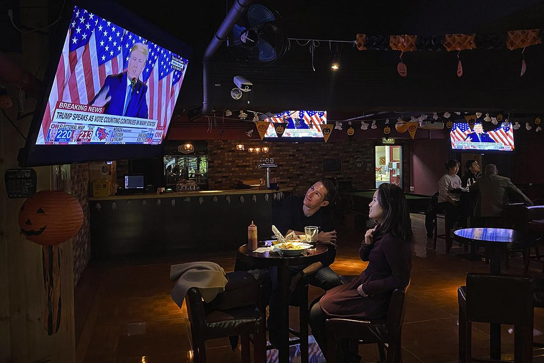 2020年11月4日北京的一家當地酒吧,顧客觀看美國總統特朗普在電視上的演講。