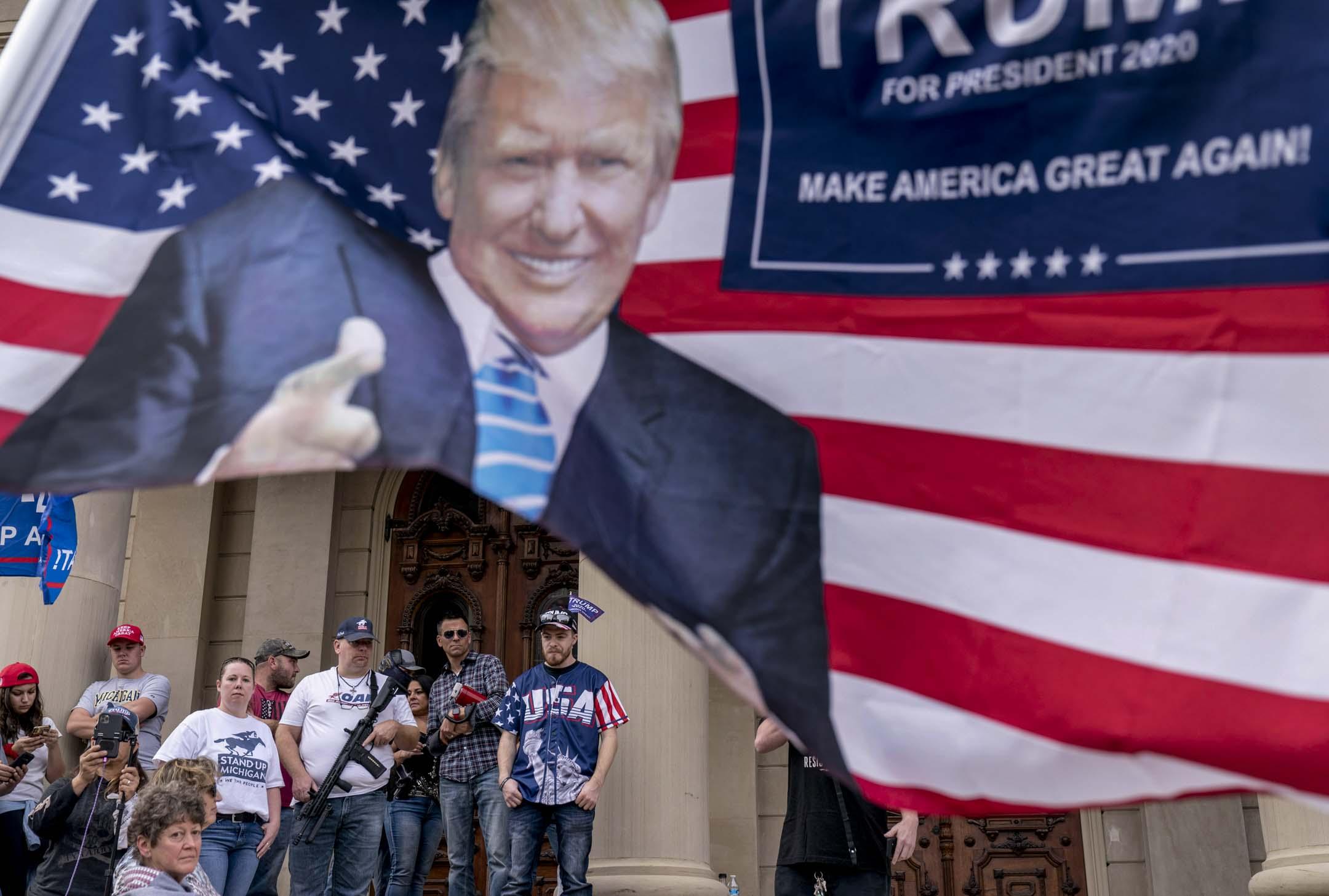 2020年11月8日,特朗普支持者聚集在密歇根州州議會大廈的台階上,抗議總統選舉結果。 攝:David Goldman/AP/ 達志影像