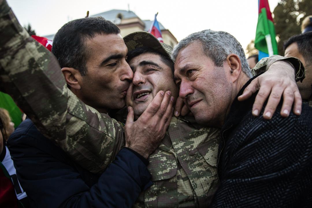 2020年11月10日,阿塞拜疆民眾到街頭慶祝兩國達成停戰協定。圖中穿迷彩服的老兵在2002年的納-卡衝突中失去雙眼及一隻腳。