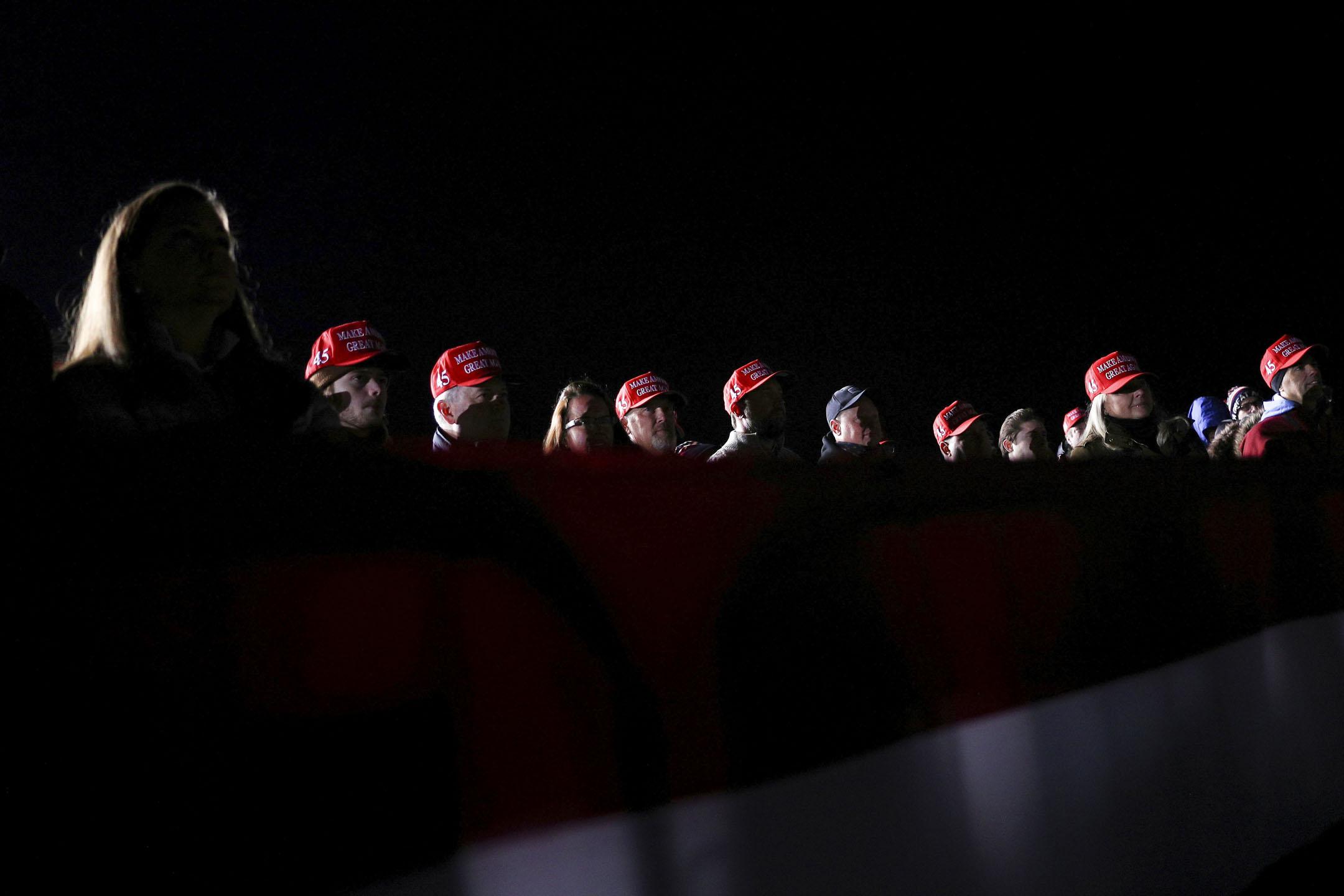 2020年10月24日美國威斯康星州沃克夏,觀眾在競選活動上觀看美國總統特朗普。 攝:Tom Brenner/Reuters/達志影像