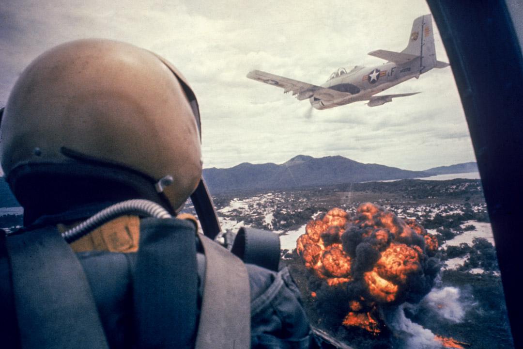 1962年的越南越戰初期,美國噴氣式飛機在越南上空。