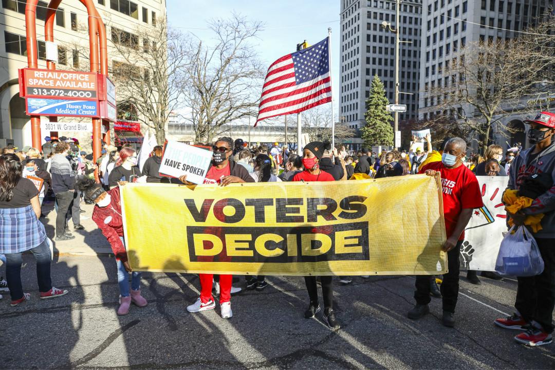 2020年11月7日,美國密歇根州底特律市,民眾集會要求「統計每一張選票」,針對特朗普要求「停止計票」。 攝:Scott Legato/Getty Images