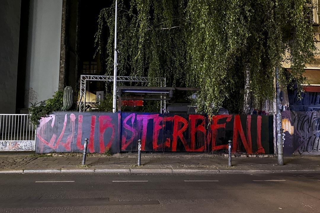 疫情期間關停的著名夜店Kit Kat被寫上「夜店已死」的德語塗鴉。