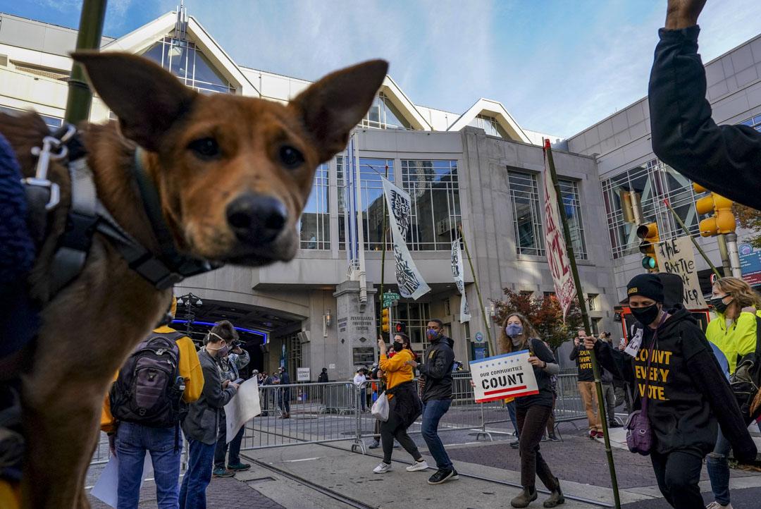 2020年11月5日賓夕法尼亞州費城,示威者聚集在賓夕法尼亞州會議中心附近,當計數選票期間。特朗普的支持者質疑一些選票的有效性,拜登的支持者則要求繼續點票。