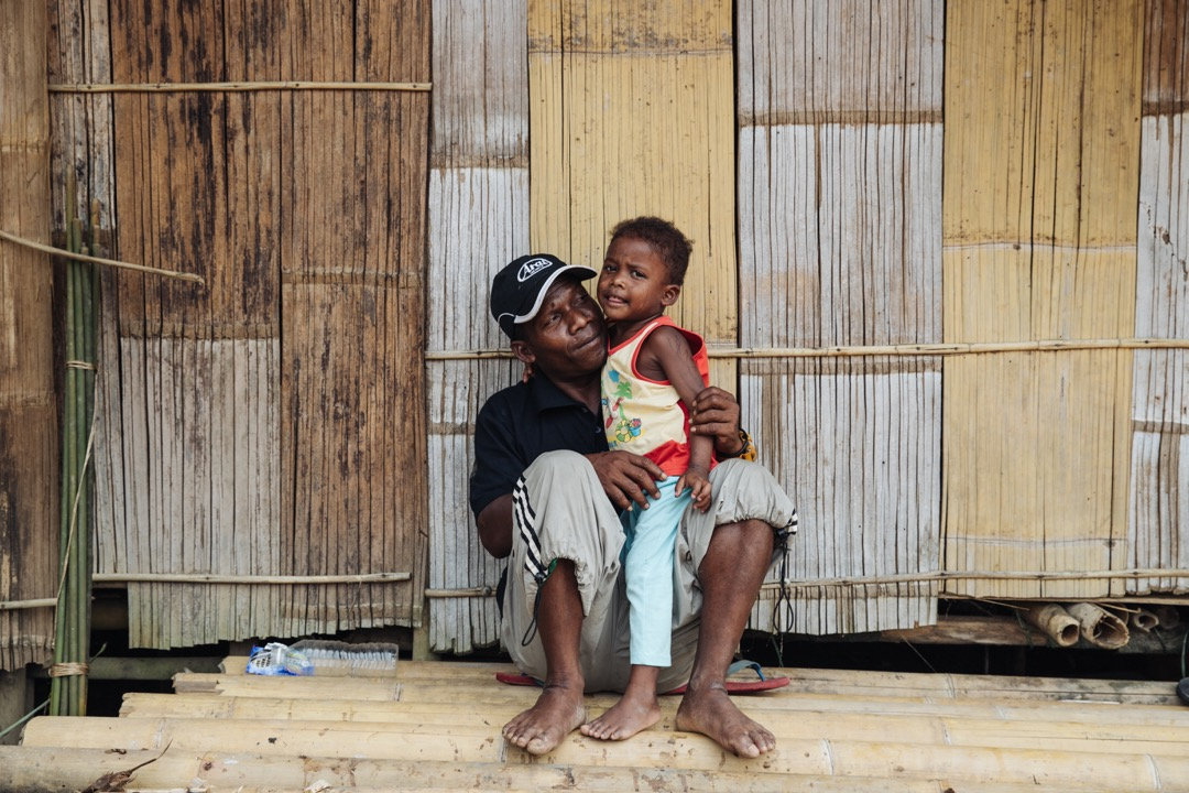 2019年7月,村長伯粿(Pokok)與兒子。