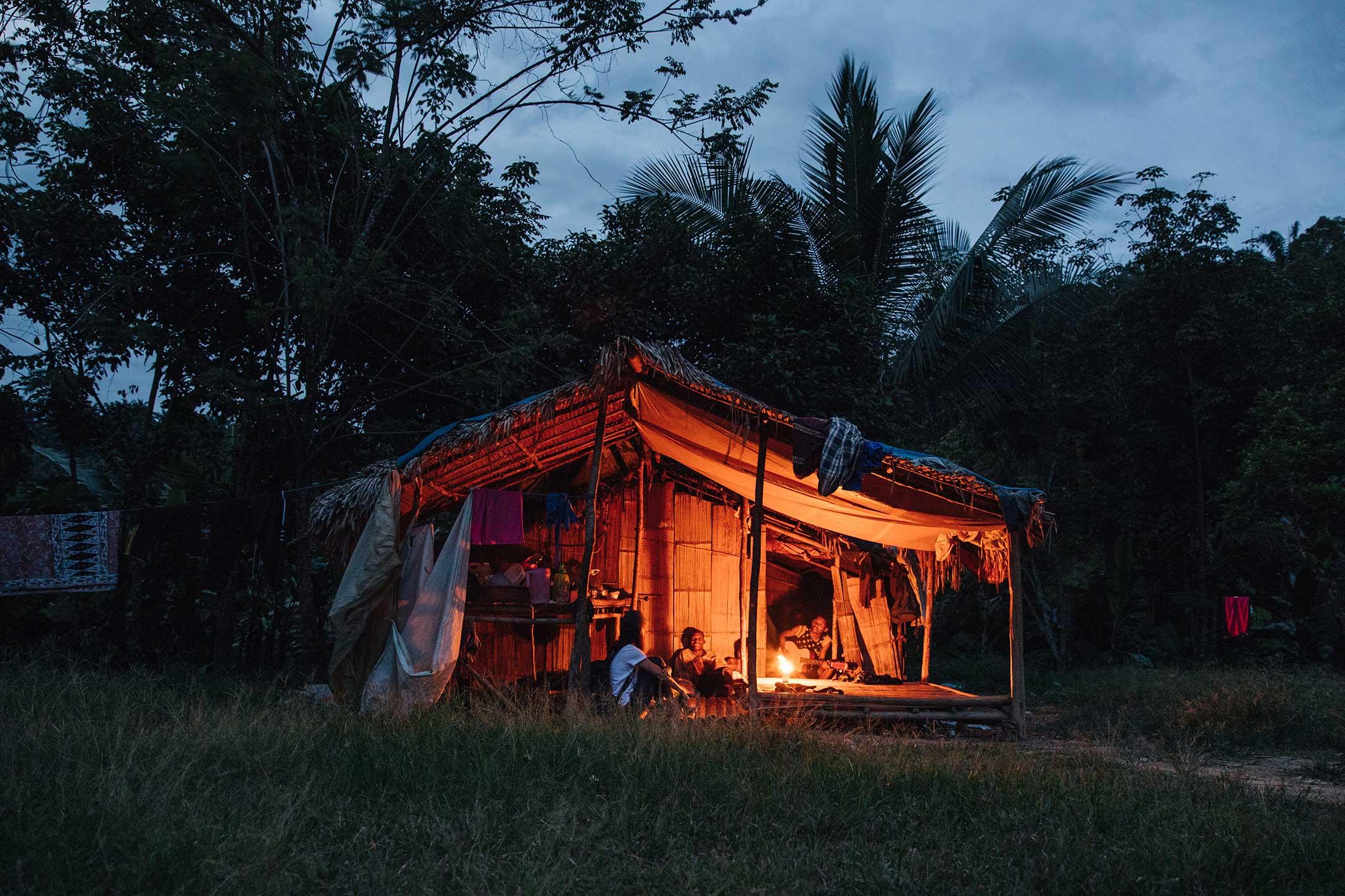 沒有電的夜晚,村長伯粿家用鋁罐點起小火照明。 攝影:郭于珂