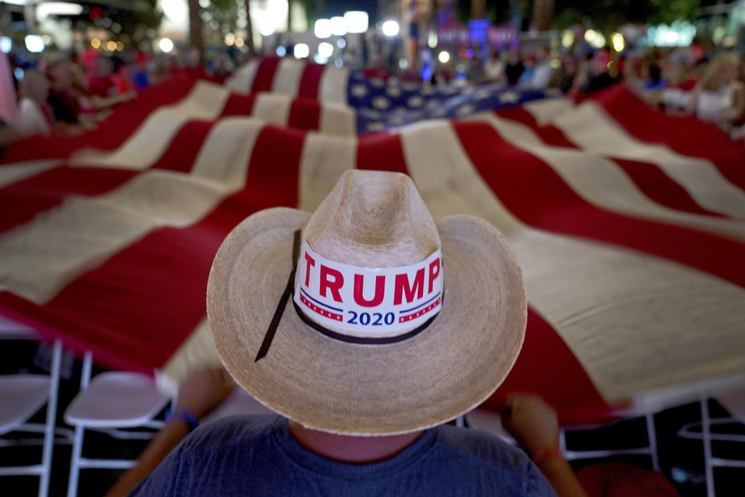 2020年11月3日,特朗普支持者在亞利桑那州錢德勒舉行的選舉活動上揮舞美國國旗。