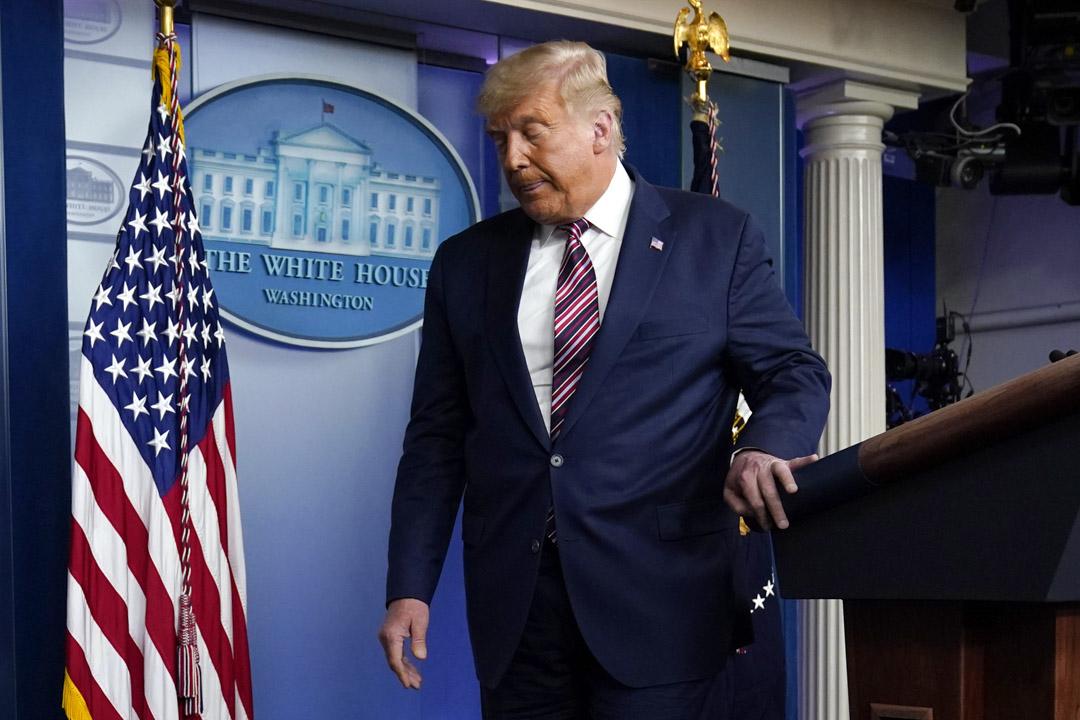 2020年11月5日,特朗普在白宮講話後離開講台。 攝:Evan Vucci/AP/達志影像