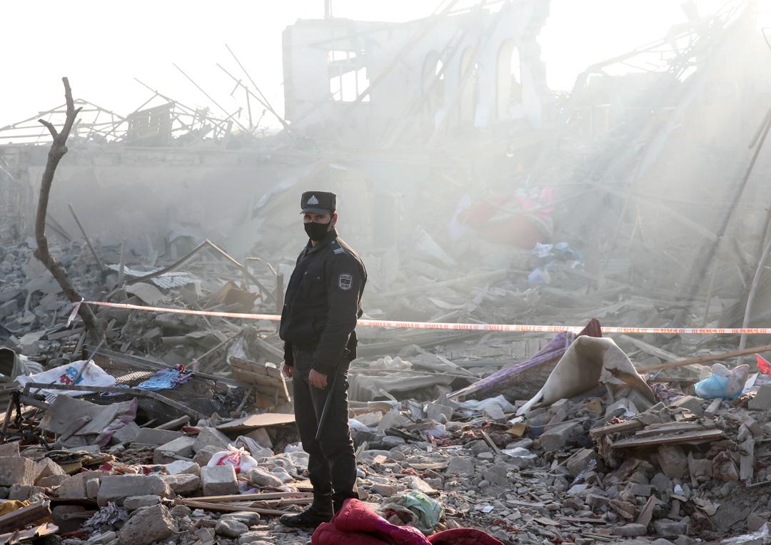 2020年10月17日,阿塞拜疆搜救人員在清理瓦礫尋找生還者。