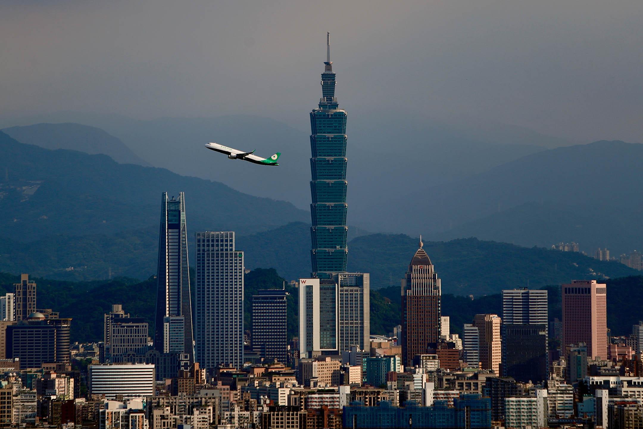 2020年7月12日台北,飛機經過台北101大樓。 攝:Ceng Shou Yi/NurPhoto via Getty Images