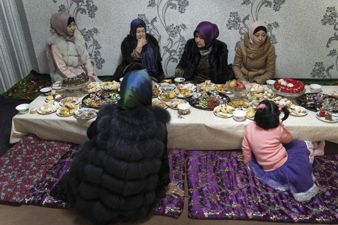 2019年10月27日,吉爾吉斯斯坦,米爾方,東干婦女在婚禮時與男性分開吃飯。