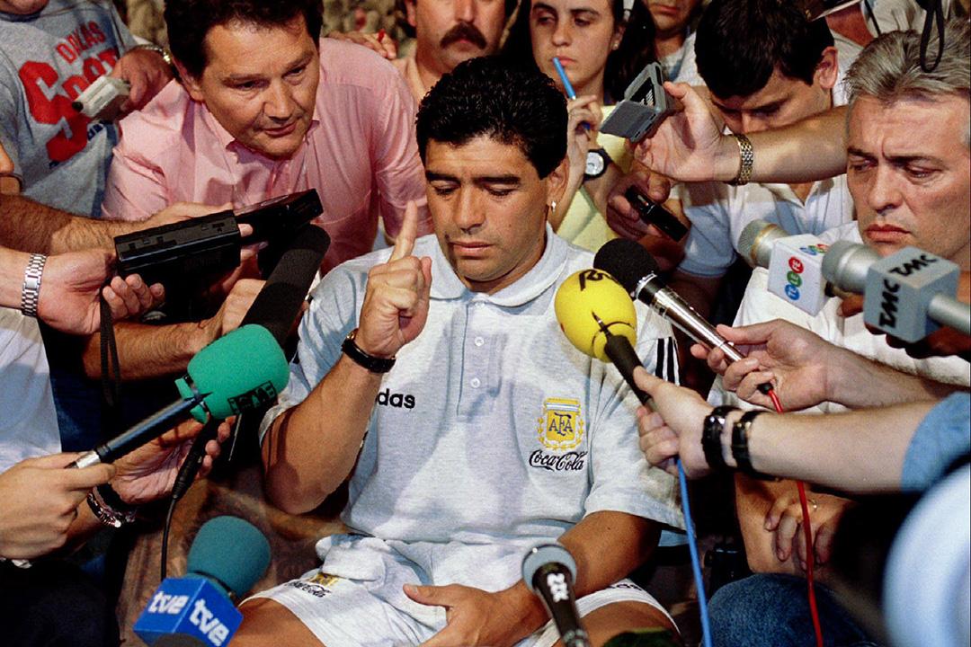 1994年6月30日,阿根廷足球隊隊長馬勒當拿(Diego Maradona)因對禁藥的藥物檢測呈陽性反應,在達拉斯的酒店舉行的新聞發布會上向新聞界發表講話。