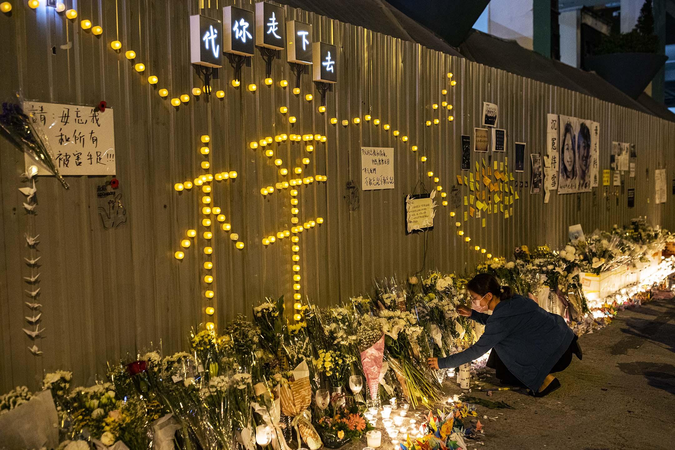 2020年11月8日將軍澳尚德停車場外,市民悼念周梓樂逝世一周年。