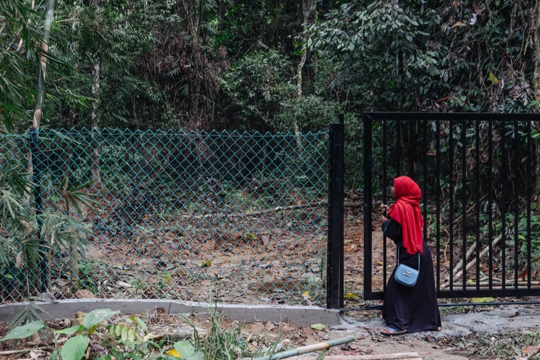 「我們離開這個世界的方式錯了。」一名穿着穆斯林服裝的巴迪族婦女,在把伊斯蘭墳墓的鐵門關起來時,緩緩地說道。