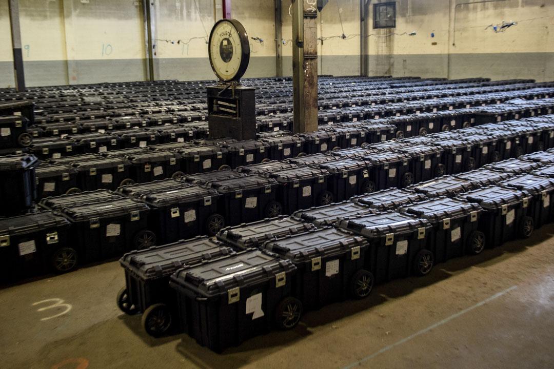 2020年11月4日賓夕法尼亞州匹茲堡,裝有選票的手提箱於選舉倉庫中,由阿勒格尼縣警察保管。