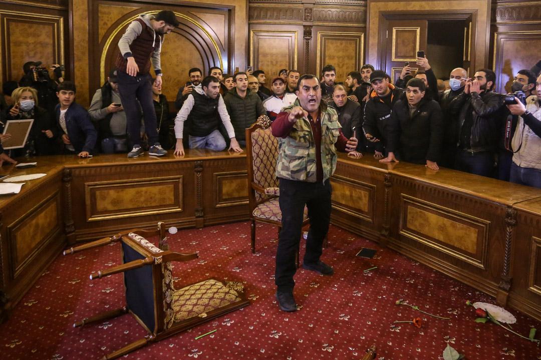 2020年11月10日,亞美尼亞總理宣布與阿塞拜疆和俄羅斯領導人簽署停戰協定後,當地民眾抗議,有人闖進政府大樓示威。