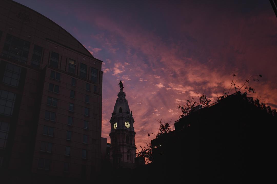 2020年11月3日,賓夕法尼亞州費城的日落時份。