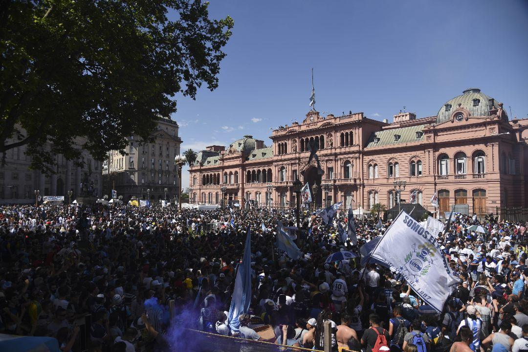 2020年11月26日,阿根廷布宜諾斯艾利斯,人們聚集在總統府前送別「球王」馬勒當拿(Diego Maradona)。 攝:Mariano Gabriel Sanchez/Getty Images