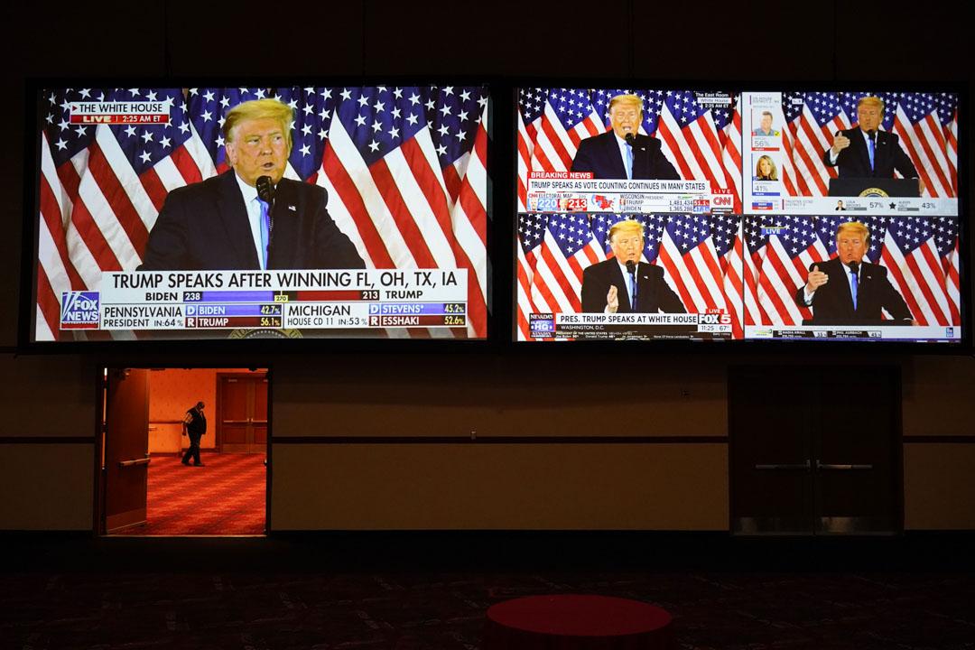 2020年11月3日,拉斯維加斯舉行的選舉之夜晚會上,銀幕上播放了特朗普總統在白宮講話的現場直播。