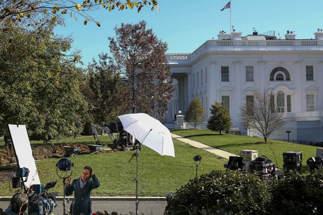 2020年11月4日美國華盛頓,2020年美國總統大選取得初步點算結果,記者在白宮等待消息。