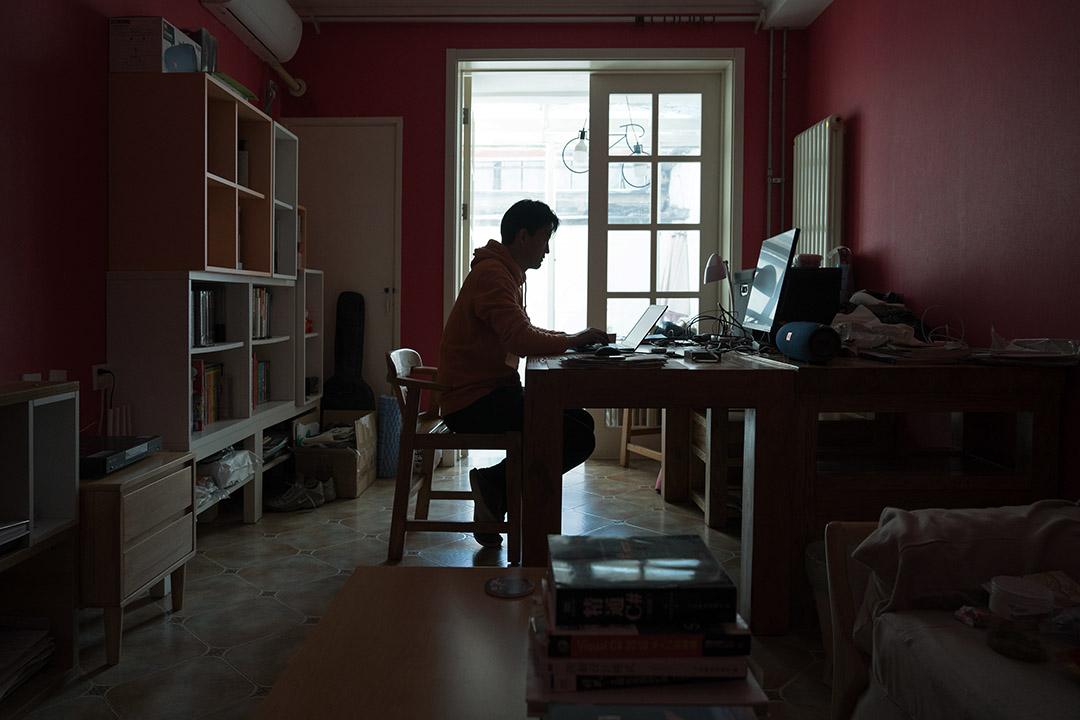 2020年3月4日北京,市民在房子裡看電腦。 攝:Andrea Verdelli/Getty Images