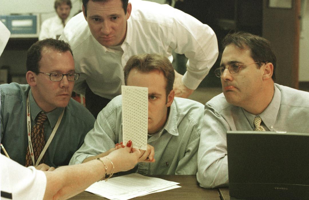 2000年12月18日,美國佛羅裏達州的點票中心,選舉人員正細心查看投票。