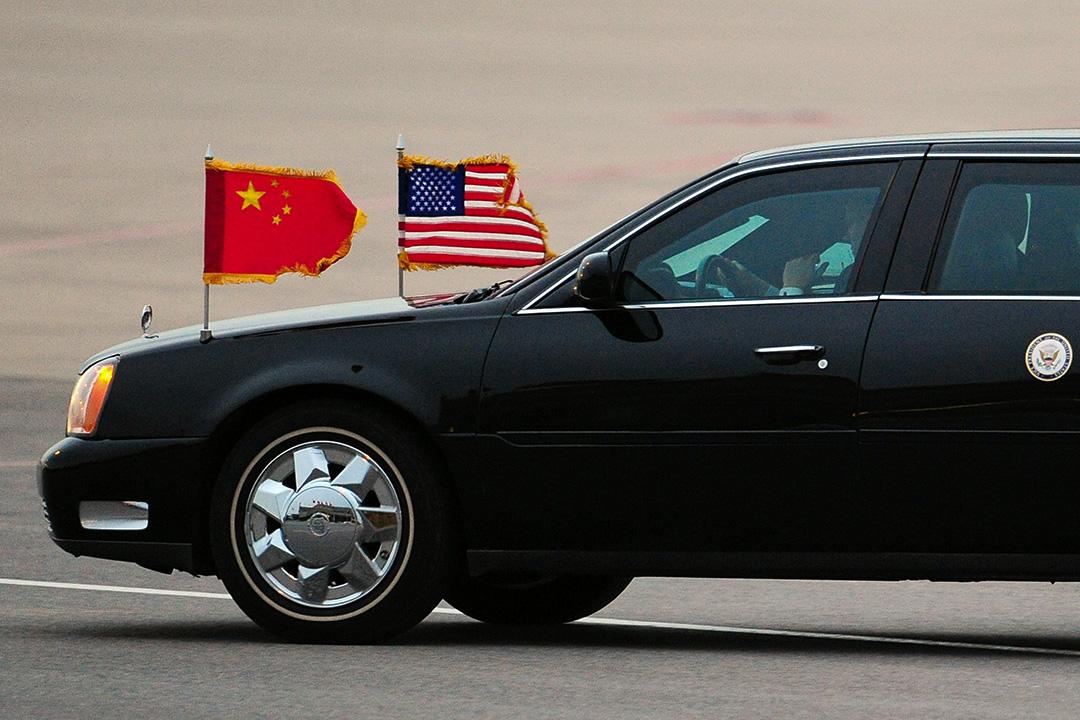 2011年8月17日北京,載著美國副總統喬·拜登的汽車於北京首都國際機場離開停機坪。