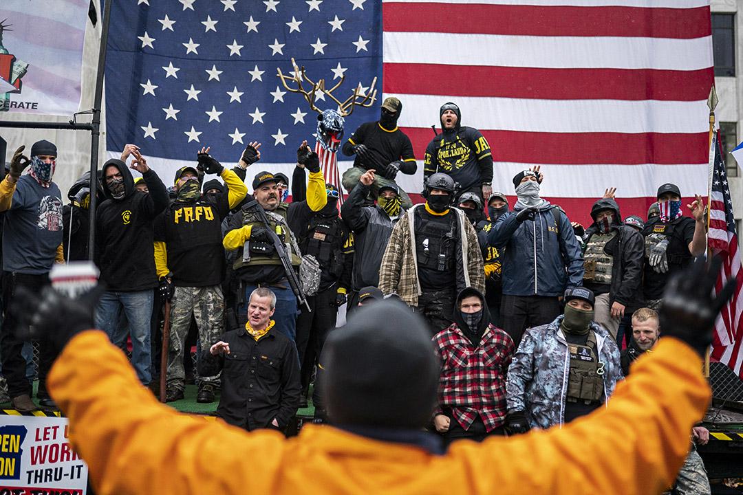 2020年11月14日俄勒岡州薩勒姆,新聞媒體預測拜登當選總統後,特朗普支持者在各地抗議,驕傲男孩在集會上吶喊。