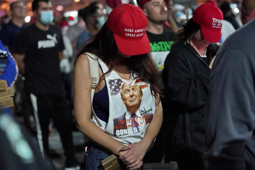 2020年11月4日,特朗普的支持者在美國亞利桑那州一次集會上停下來祈禱。