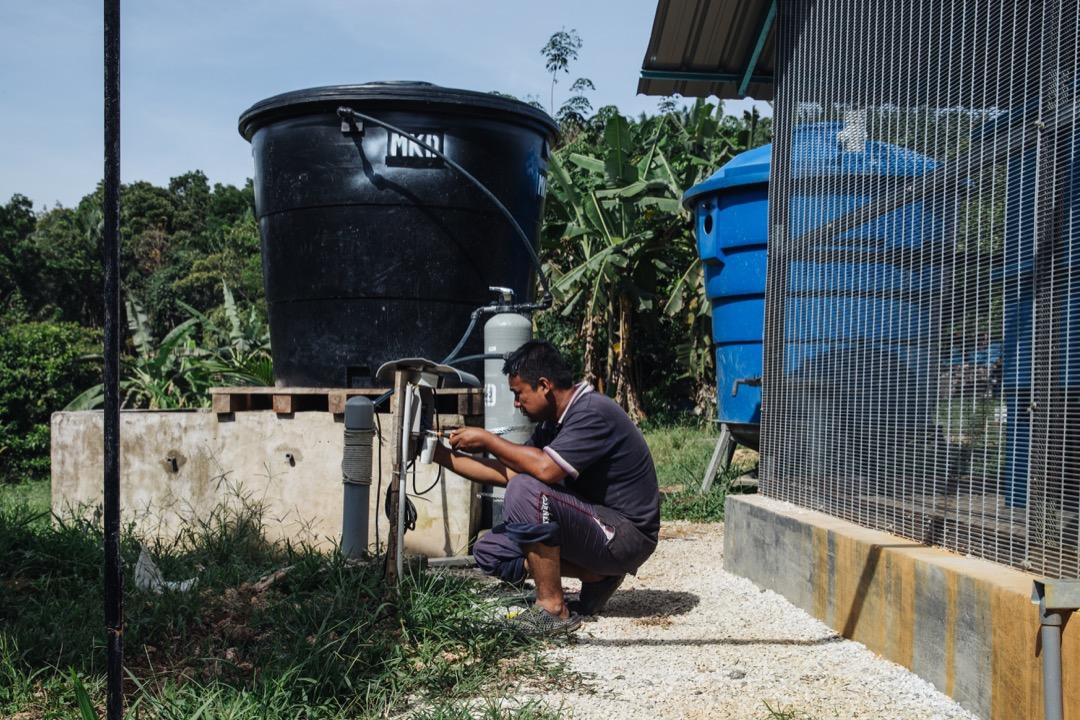 負責在瓜拉格村安裝淨水過濾器和水塔的水電工凱魯(Khairul)。
