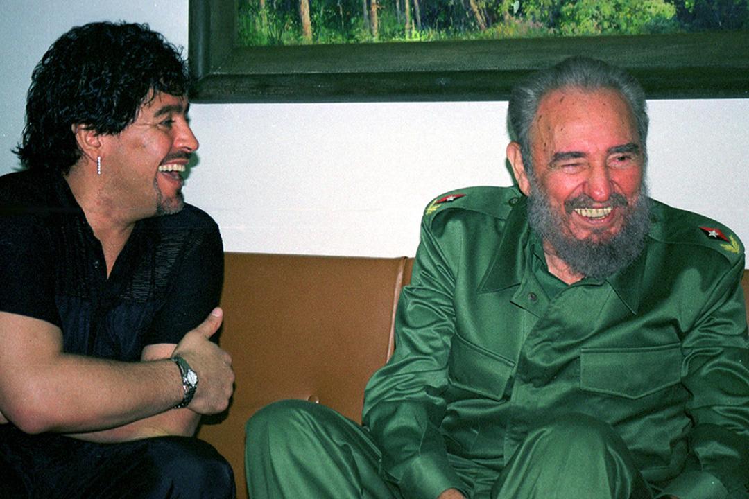 2001年10月29日古巴哈瓦那革命宮,古巴國務委員會主席卡斯特羅(Fidel Castro)與馬勒當拿會面。