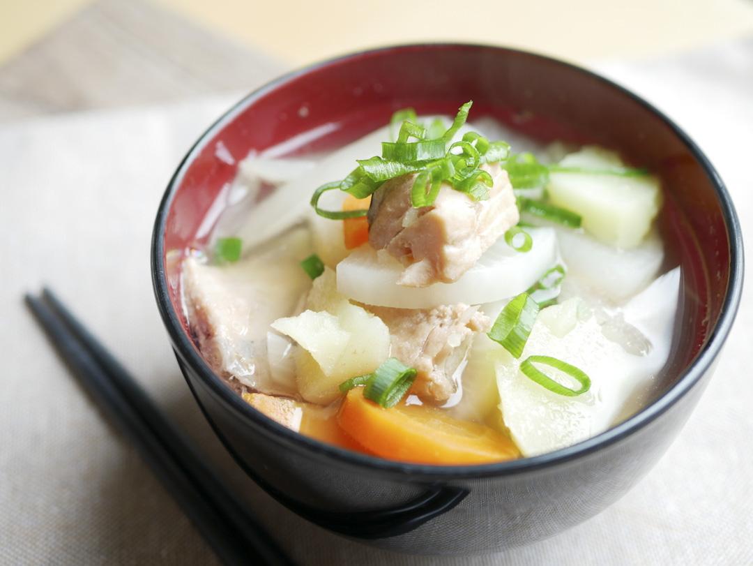 三平汁的做法是以昆布高湯為底,放入鹽漬鯡魚和蔬菜燉煮後以鹽調味的熱湯。