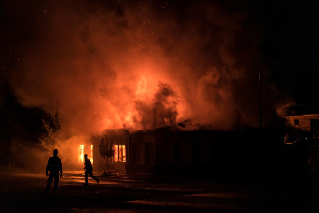 2020年10月3日,納戈爾諾-卡拉巴赫(Nagorno-Karabakh)最大城市斯捷潘奈克特(Stepanakert),一家五金店被砲彈擊中起火焚燒。
