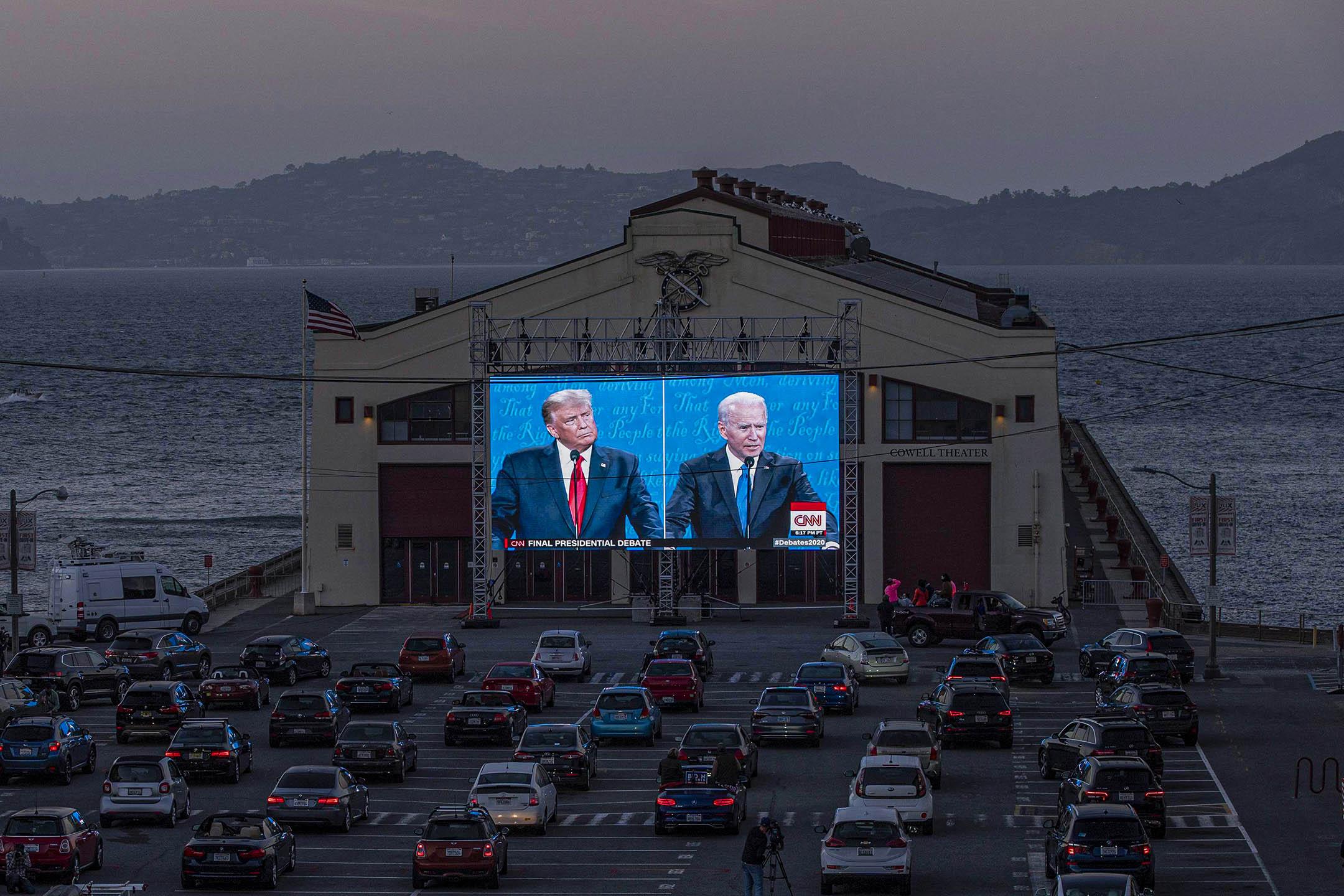 2020年10月22加利福尼亞州科威爾劇院外,市民在觀看特朗普總統與民主黨候選人喬·拜登的美國總統辯論。