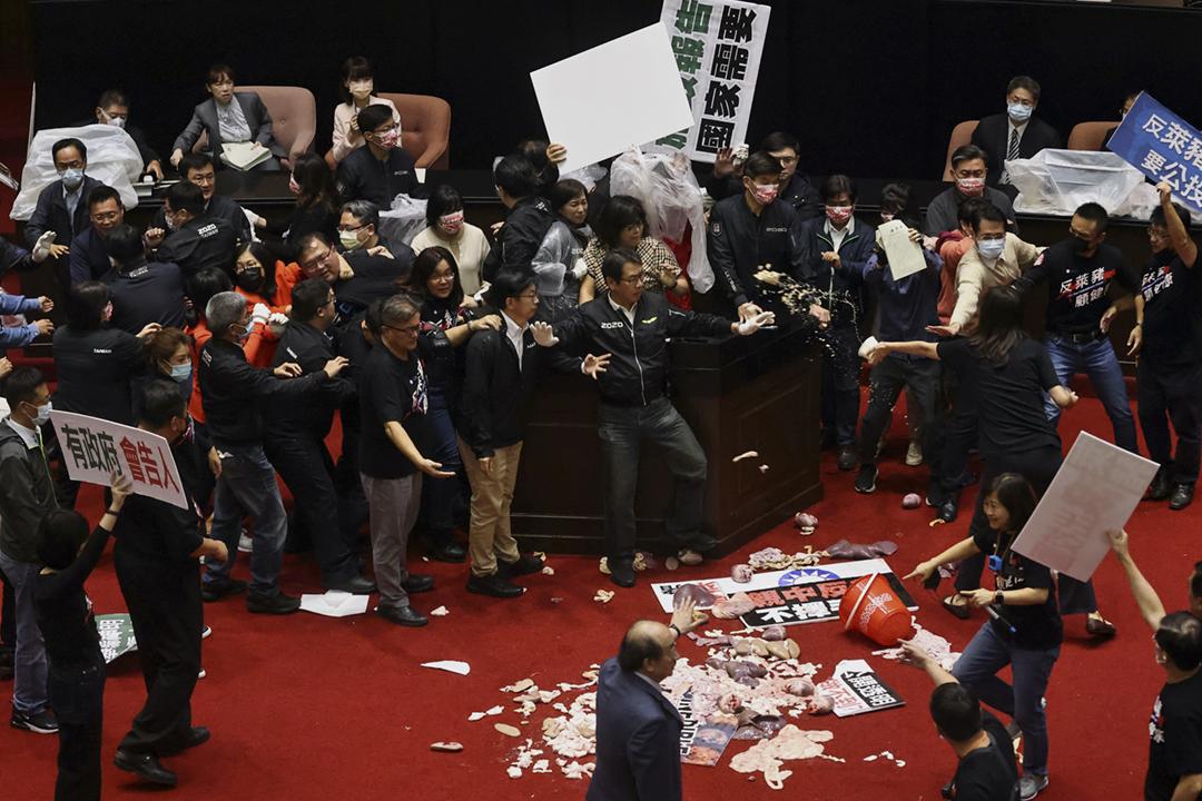 2020年11月27日,台灣行政院長蘇貞昌在立法院宣讀施政報告,國民黨立委嘗試阻撓抗議,藍綠陣營爆發衝突。 攝:Ann Wang / Reuters