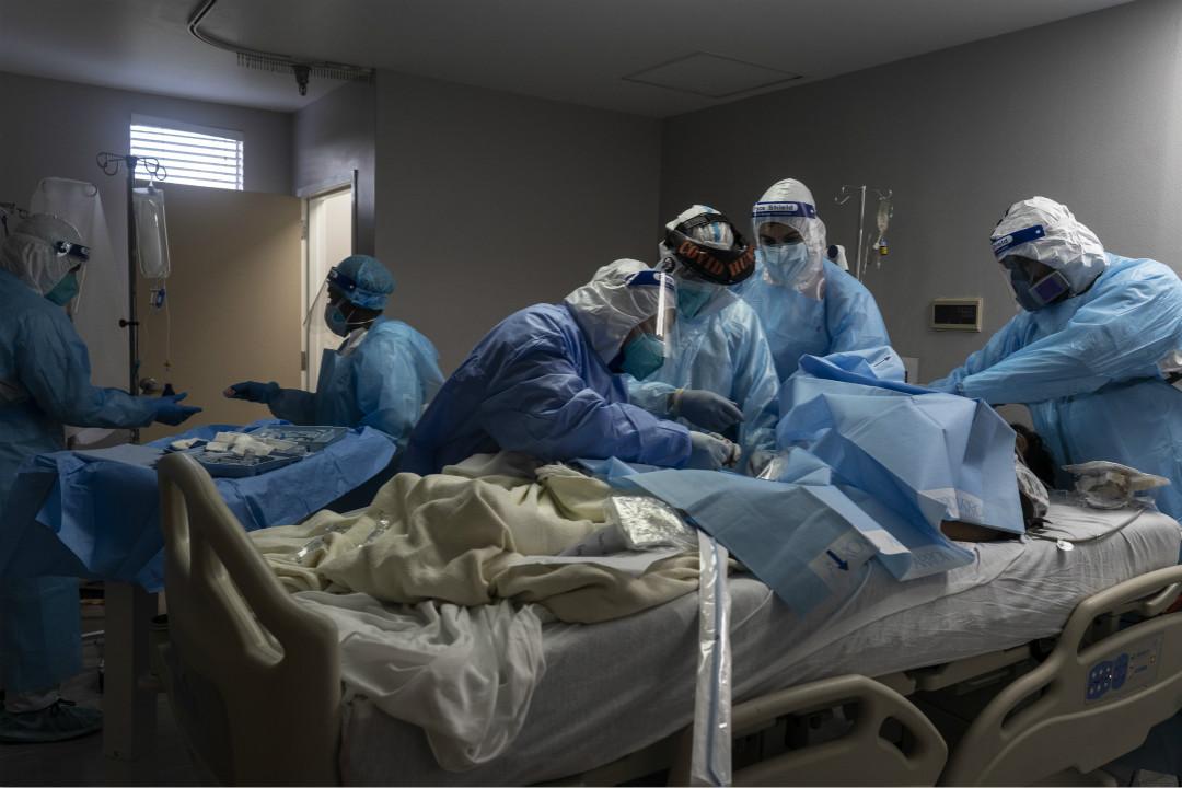 2020年11月10日,美國德州侯斯頓一間醫院重症監護室,醫生救治一名 COVID-19 感染者。 攝:Go Nakamura/Getty Images