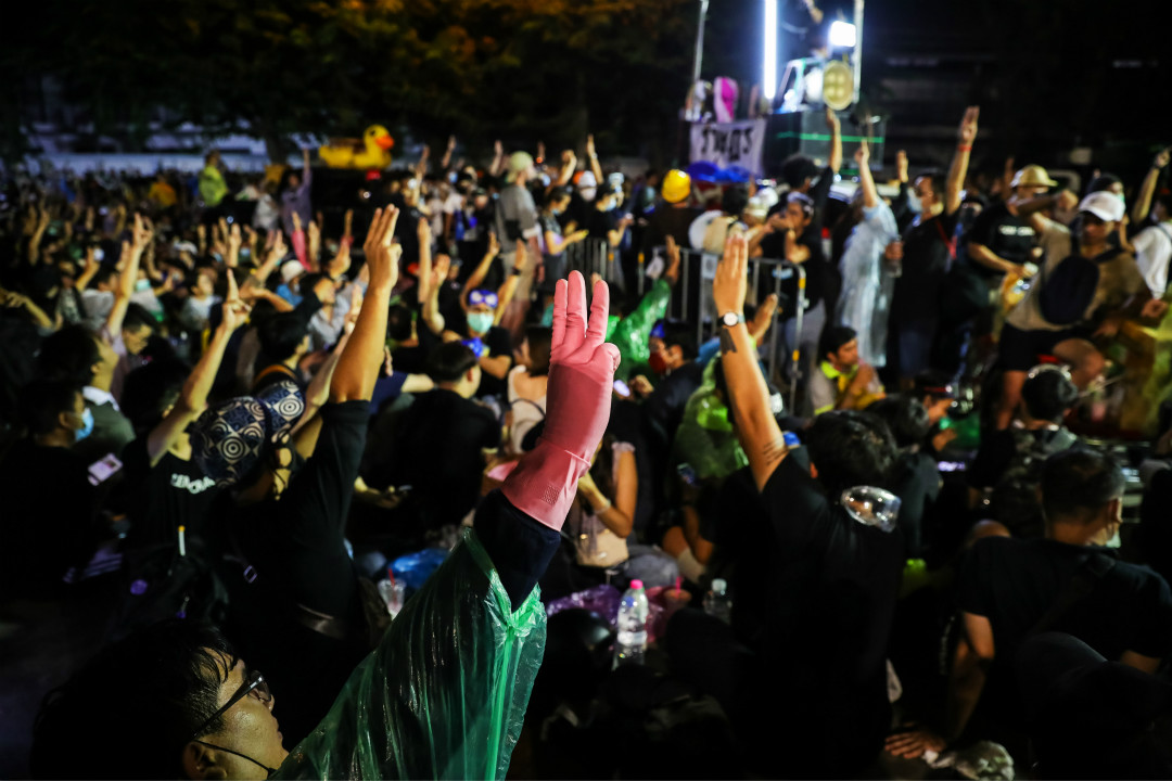 2020年11月17日,泰國曼谷,示威者在國會外集會抗議。 攝:Lauren DeCicca/Getty Images