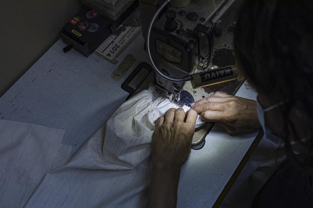 與楊展合作製作服裝的車版工人。