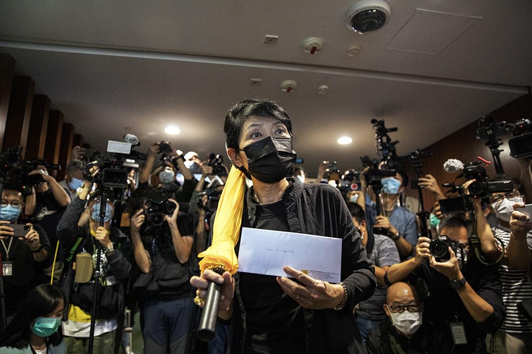 2020年11月12日香港,立法會議員毛孟靜帶上黃傘拿著辭職信到立法會秘書處辭職。
