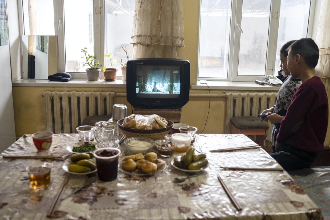 2020年1月3日,吉爾吉斯斯坦, 米爾方,東干兒童在等午餐時看電視。遷徙後,東干人仍以煮長壽麪,中國餃子等傳統中餐,也還用筷子為主要用具。
