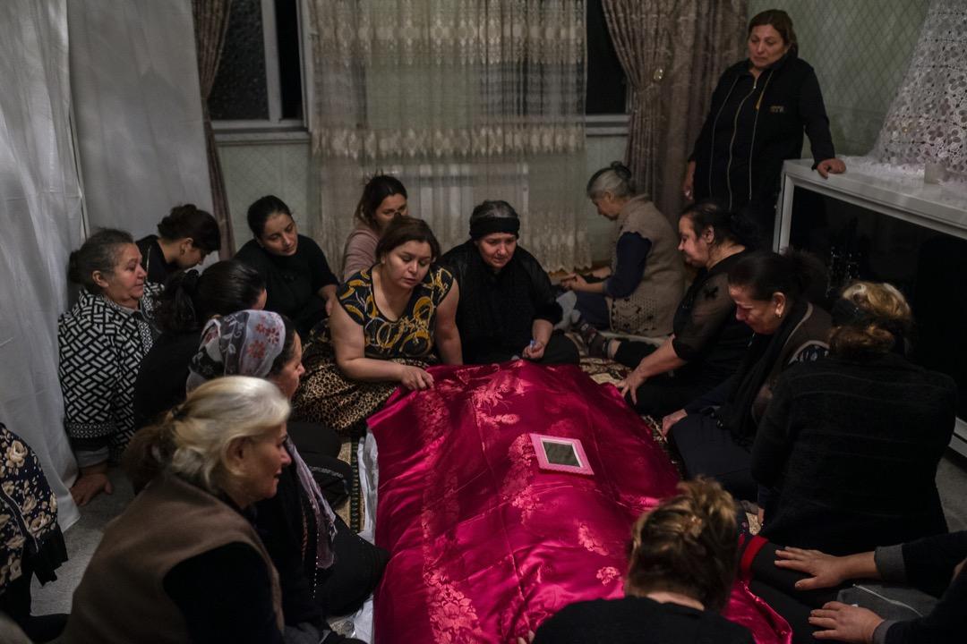 2020年10月27日,一個阿塞拜疆家庭在悼念一位在戰事中死去的親人。